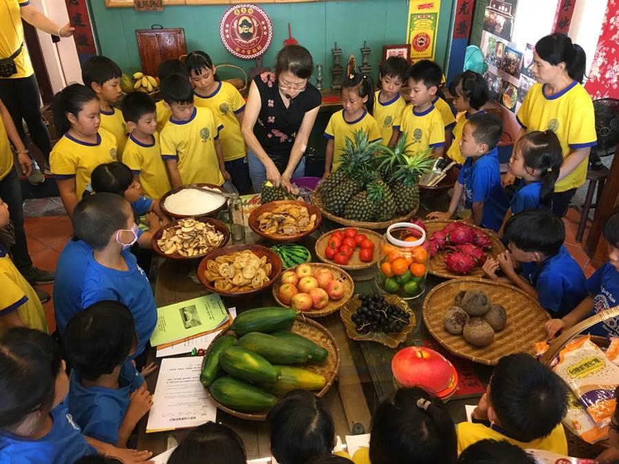 學童戶外探索課程學習用新鮮水果、鹽、糖、酵素製作蜜餞。(七股龍山國小提供)
