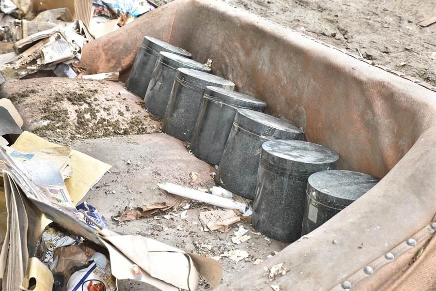 不明人士日前將7個骨灰罈棄置在高雄市燕巢區的一處廢棄民宅前,經過當地里長反映,高雄市政府殯葬處將派人處理。(林瑞益攝)