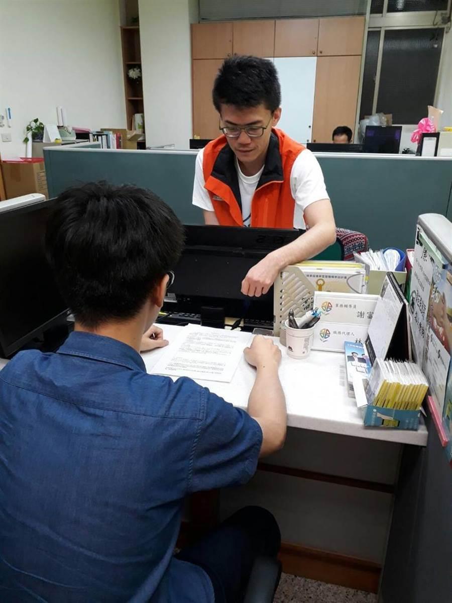 新北市政府劳工局针对18至29岁青年,提出就业三箭-「初次寻职青年就业服务计画」、「非典型劳动青年转正职辅导计画」以及「斜杠青年职能培力计画」。(图/劳工局提供)