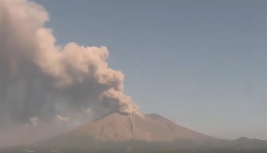 日本鹿兒島縣的櫻島火山爆發。(翻攝自 youtube)