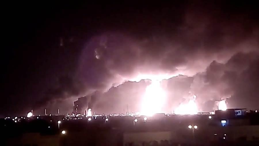 沙烏地阿拉伯14日兩處重要石油設施遭到空襲,全球6%石油供應受到影響。(圖/路透)