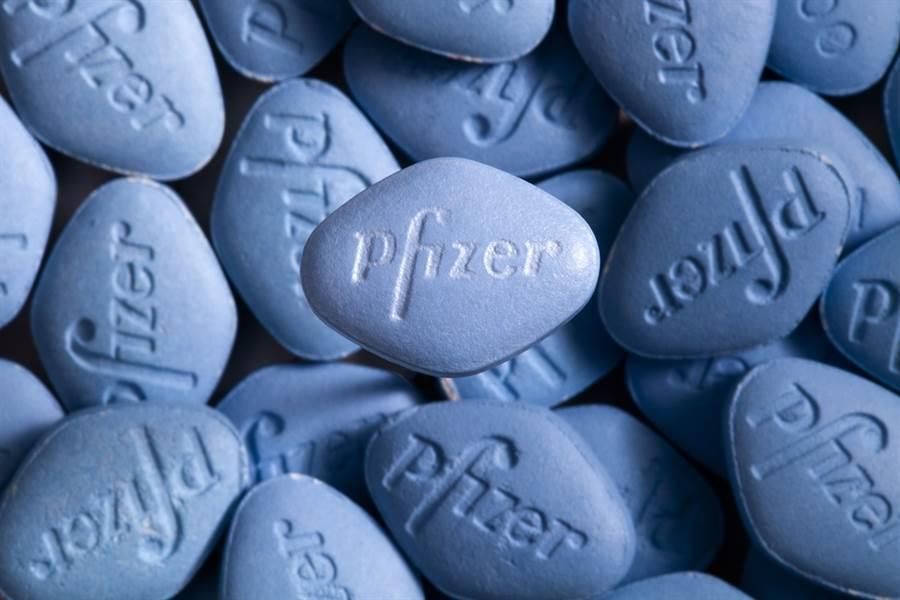 男性常見壯陽藥物威而鋼傳出有副作用,包括長時間異常勃起、陰莖呈現香蕉彎曲狀,英國有名男性藥物反應嚴重而切除陰莖,過去2年更已經有28名男性因服用威而鋼喪命。(圖/美聯社)