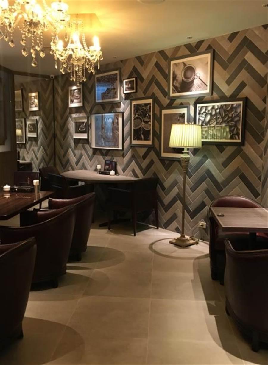 新光三越台北南西店星乃珈琲店以咖啡色皮質家具和木製裝潢及復古花磚營造復古氛圍。(郭家崴攝)