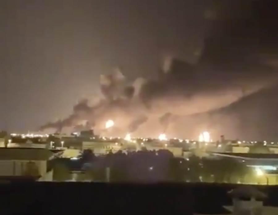 沙國煉油廠14日凌晨遇襲,冒出陣陣濃煙的畫面。(美聯社)