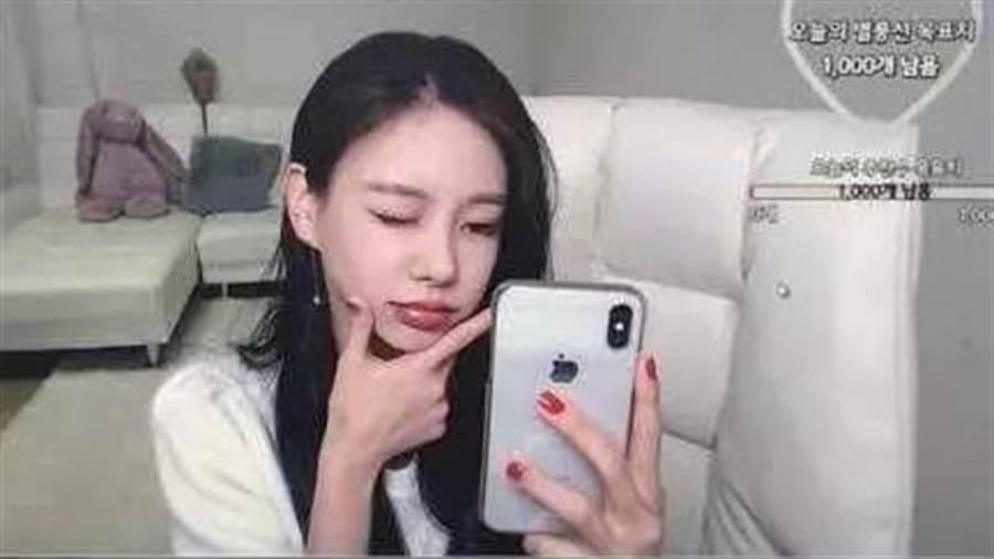 金多喜在2018年轉戰網路直播,如今成為人氣直播主,甚至月收入高達1億多韓元。(圖/翻攝自微博)
