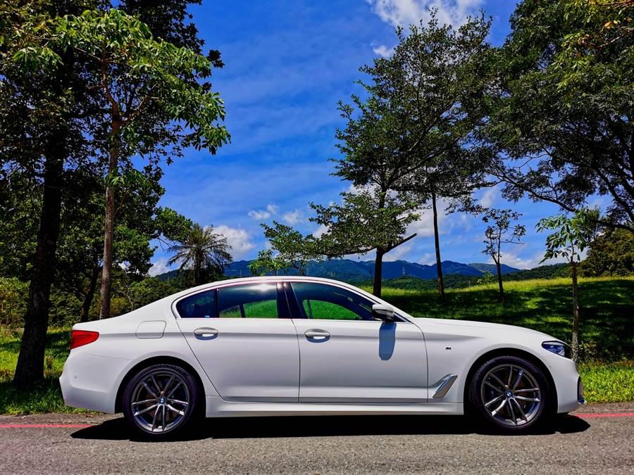 BMW 530i M Sport白金旗艦版值得細細品味的是以流線、肌理為基調,將近五米的身形與機能兼具的M Sport跑車化套件,展現出具現代感且渾然天成的內斂運動風格。