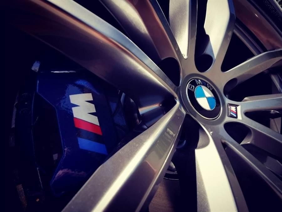 來自BMW運動跑車部門的前後(245/45R18、275/40R18)配M款專屬胎圈、煞車套件以及跑車化懸吊,更是最給力的專業背書。
