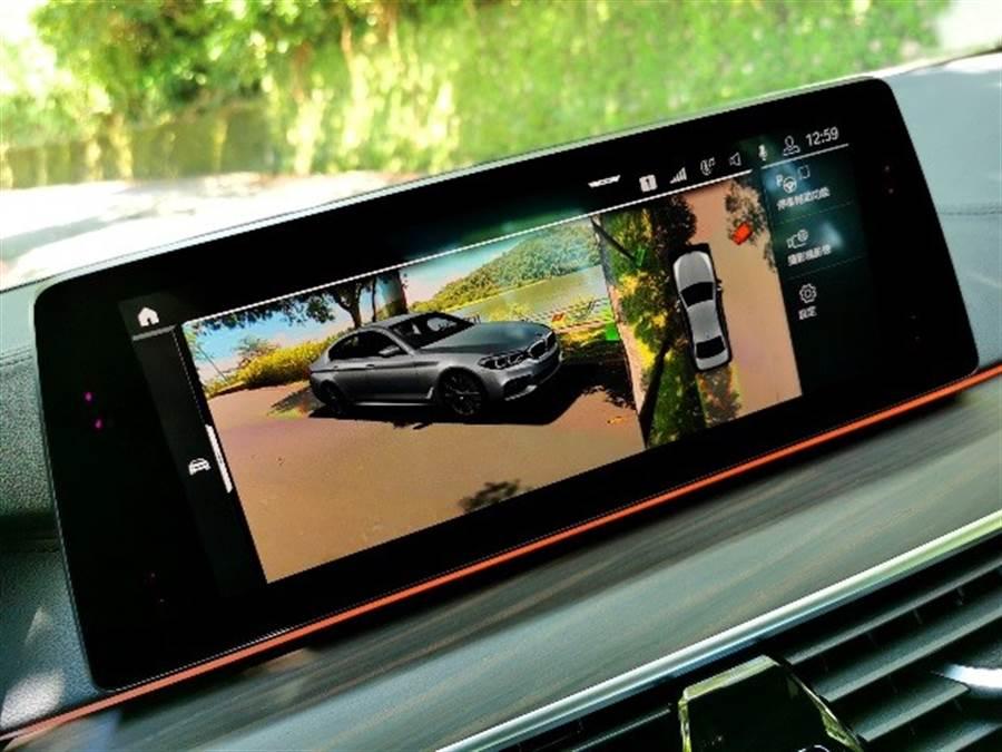 藉由多重模式、全方位無死角(尤其是3D擬真影像)的360度環景輔助攝影,以及停車輔助功能,大大降低了停車時的門檻及困難度。