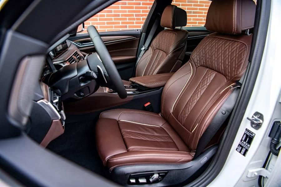 提得一提的是,530i M Sport白金旗艦版不僅儀錶檯採Sensatec皮質包覆與黑色頂篷,且全座艙也配備了觸感柔細與極其精緻的頂級Nappa真皮座椅,雙前座舒適型電動座椅搭配的菱格紋縫線設計,時尚高級質感不言而喻。