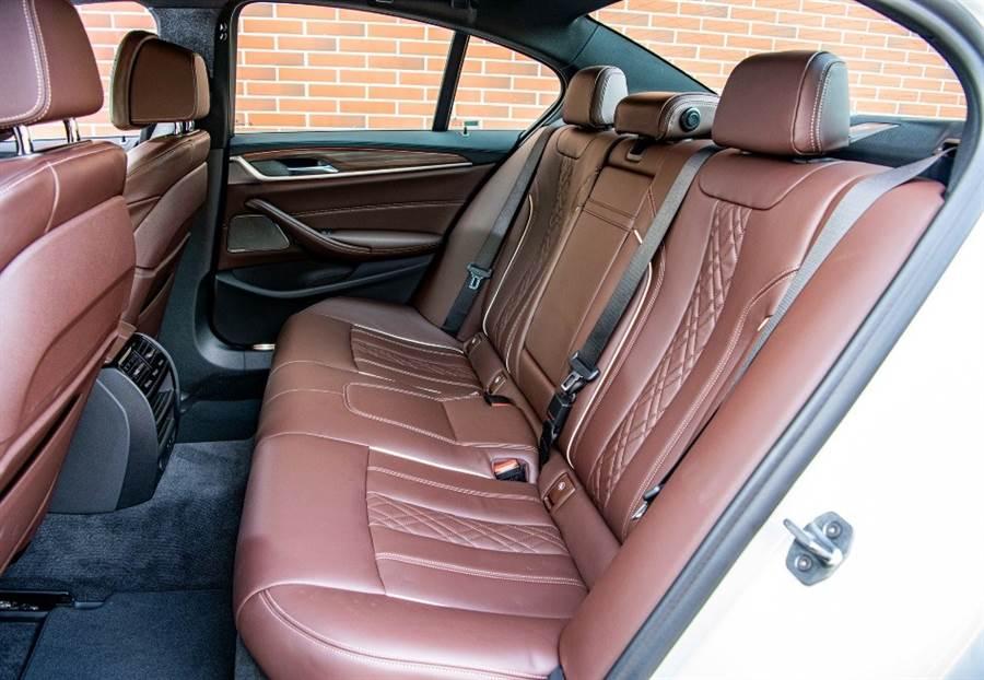 BMW 5系列車廂有很高的靜肅性,底盤不但具備了高級豪華房車沉穩、厚實感的柔韌吸震性,過濾各種路面亦有很高的素質,再與車室空間及腿部空間充裕的後坐、頂級的皮革質感等,絕對能討好後座的乘客、一點也不失禮。