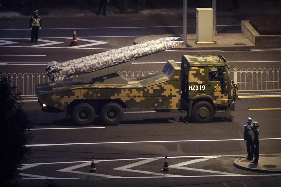 中共將於10月1日在北京天安門廣場進行建政70周年大閱兵,近日受閱部隊集結進行夜間排演,各種管制措施非常嚴格。圖為受閱部隊夜間排練閱兵。(圖/美聯社)