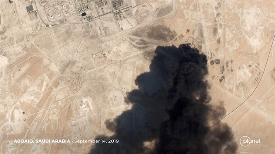 葉門叛軍青年運動14日以10架無人機成功突襲沙烏地阿拉伯境內2處重要石油設施。圖為阿布蓋格(Abqaiq)石油設施被攻擊當下的衛星畫面。(圖/路透社)