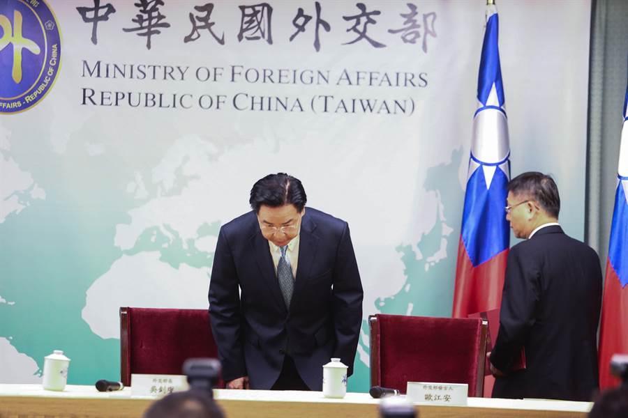 索羅門群島總理蘇嘉瓦瑞16日召開內閣會議,決定中斷與台灣的關係,與大陸建交。外交部長吳釗燮晚間6點半召開記者會,宣布與索國斷交,並表明會負起政治責任。(鄧博仁攝)