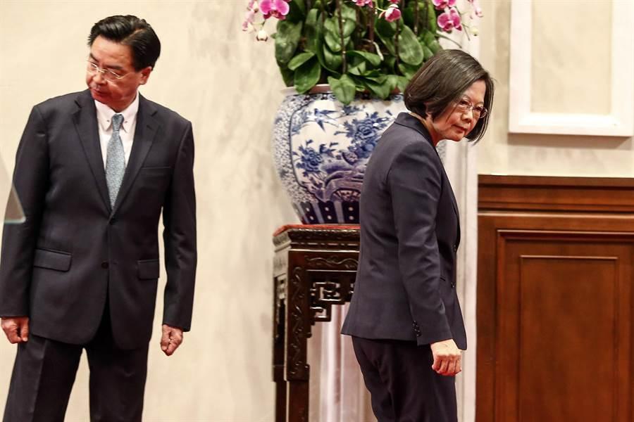 索羅門群島16日確定與台灣斷交,總統蔡英文晚間親上火線表示,對於索國跟大陸建交一事表達譴責,過去這段時間,打壓台灣人的國際空間,更是對國際秩序的公然挑戰,「大陸影響台灣選舉的企圖不會得逞」。外交部長先前在外交部記者會中也表示會負起政治責任,隨後也趕到總統府陪同總統開記者會(鄧博仁攝)
