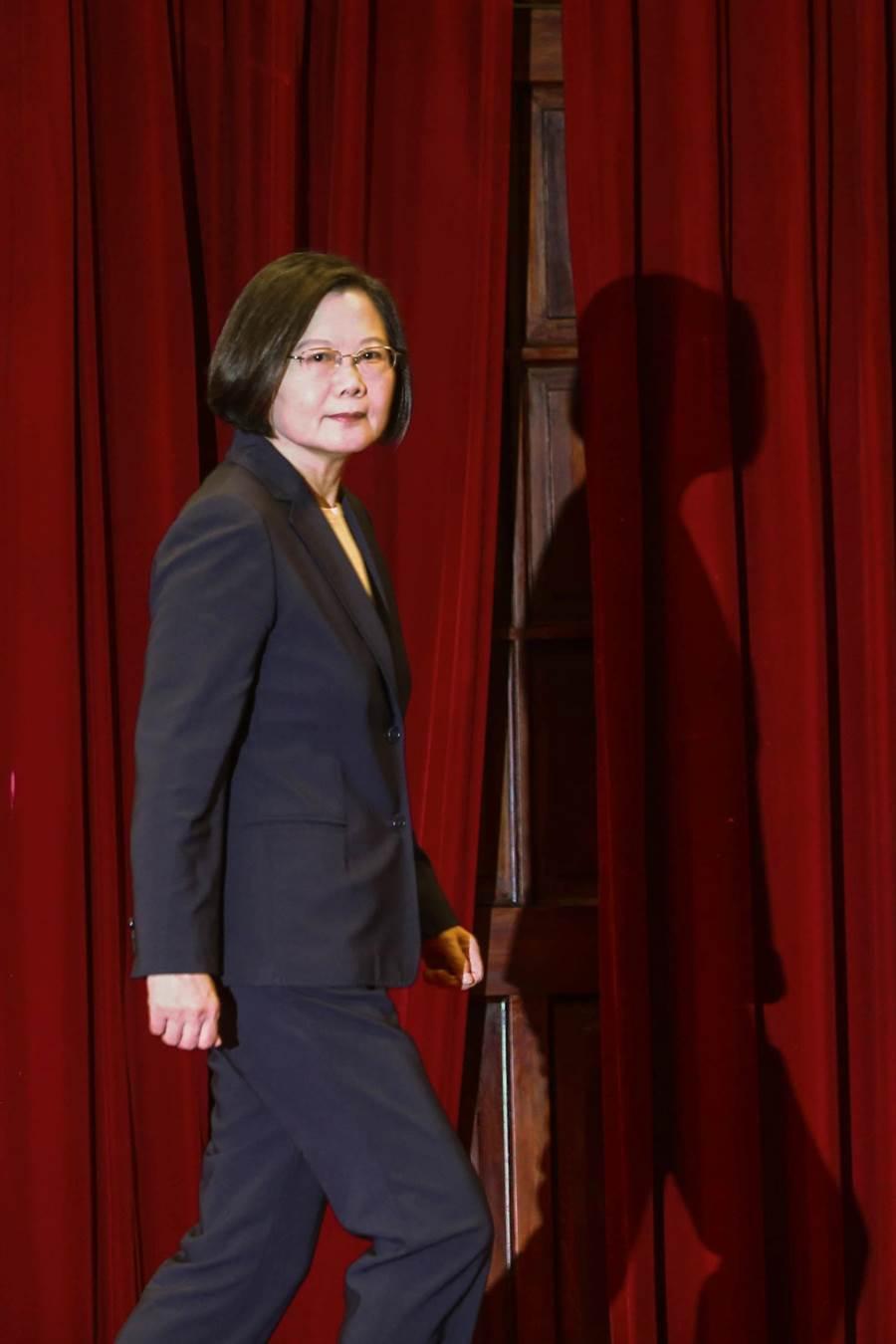 索羅門群島16日確定與台灣斷交,總統蔡英文晚間親上火線表示,對於索國跟大陸建交一事表達譴責,過去這段時間,打壓台灣人的國際空間,更是對國際秩序的公然挑戰,「大陸影響台灣選舉的企圖不會得逞」(鄧博仁攝)