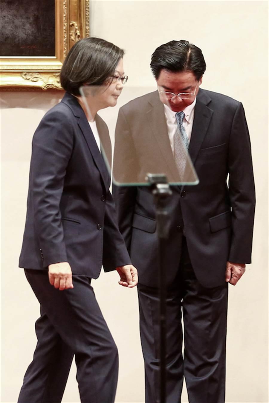 蔡英文總統(左)與外交部長吳釗燮。(鄧博仁攝)
