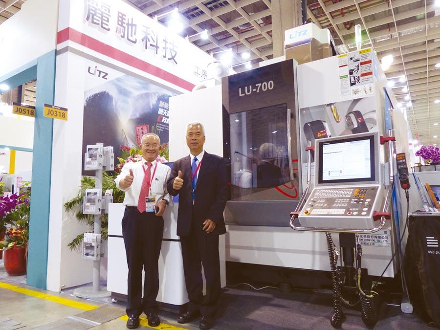 台灣麗馳執行副總劉進源與行銷副總余瑞其展示最新研發上市的LU系列五軸加工機。圖/莊富安