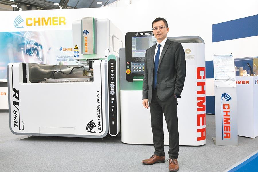 慶鴻機電王陳鴻總經理與於EMO展展出的獲台灣精品金質獎「RV853L智能化線馬驅動線切割機」,大秀MIT高精密加工實力。圖/業者提供