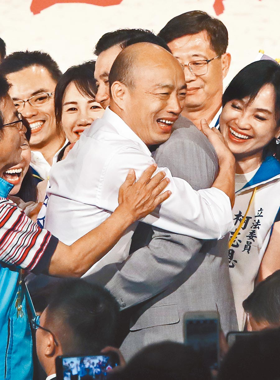 國民黨總統參選人韓國瑜(左)15日出席台商秋節聯誼會,與前總統馬英九(右)終於再相遇,韓國瑜除了與馬英九握手之外,兩人也熱情擁抱。 (鄭任南攝)