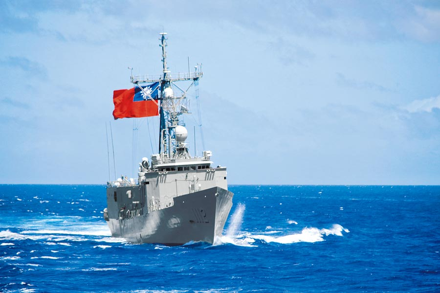 台海情勢不同,現在每天兩岸共有5艘軍艦在中線左右日夜巡曳。圖為我銘傳軍艦(PFG-1112)。(海軍司令部提供)