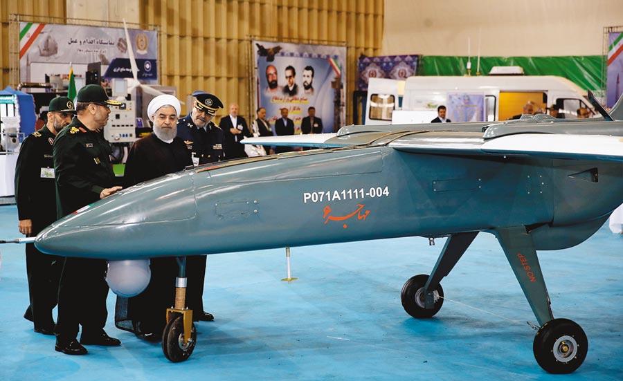伊朗研製的候鳥六型(Mohajer 6)戰術戰鬥無人機2017年問世時,伊朗總統魯哈尼(戴白頭巾者)到場參觀。葉門叛軍「青年運動」用來攻擊沙烏地阿拉伯的無人機,咸信來自伊朗。(摘自IRIB)