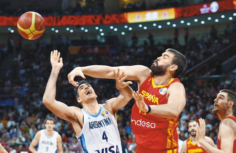 男籃世界盃冠軍賽阿根廷的老將路易斯史科拉與西班牙的馬克蓋索(右)爭球。(美聯社)