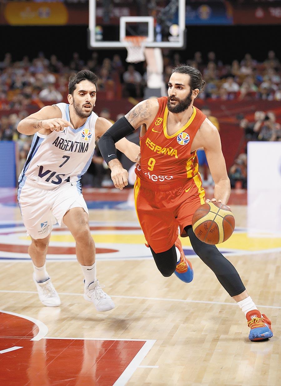 西班牙隊盧比歐(右)獲世籃賽MVP,圖為盧比歐試圖突破阿根廷隊球員坎帕佐的防守。(新華社)