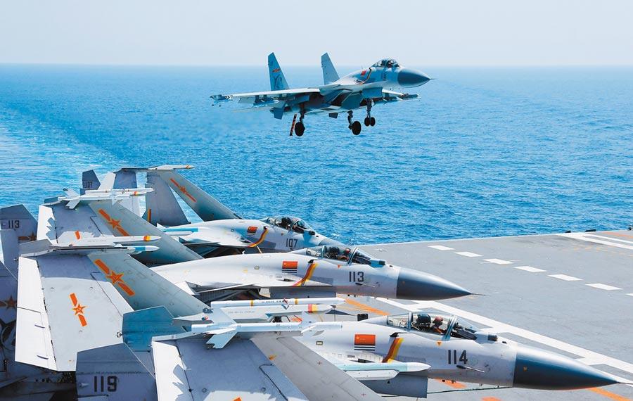 大陸例行派2艦巡弋海峽中線以東。圖為大陸殲-15艦載戰鬥機在遼寧艦進行訓練。 (新華社資料照片)