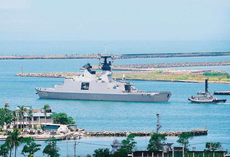我海軍康定級巡防艦迪化艦從左營軍港出航執行南海巡弋任務。(本報系資料照片)