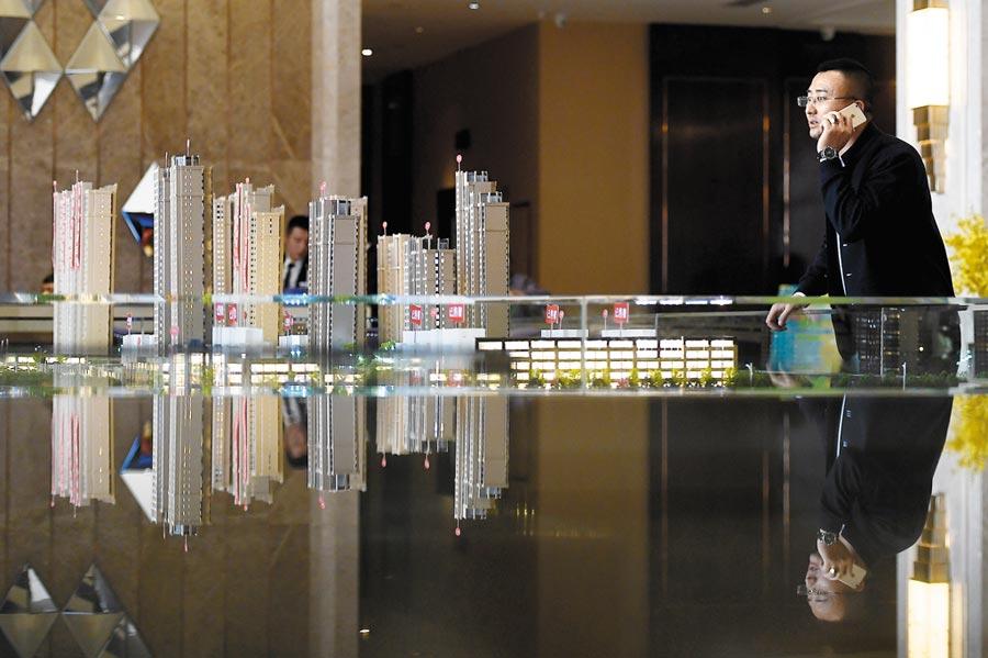 山西太原,民眾在房地產售樓部看房。(中新社資料照片)