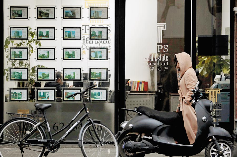 上海一房地產仲介機構前門可羅雀。(中新社資料照片)
