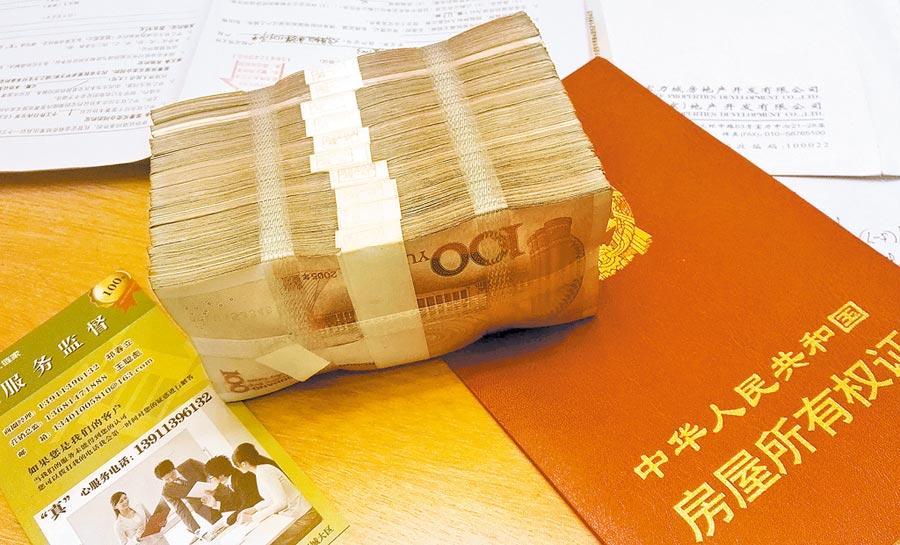 北京購房者在房產經紀公司繳納訂金。(中新社資料照片)