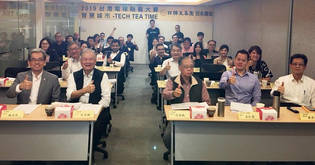 日勝生集團董事長林榮顯(前排左二)與參賽隊伍合影。圖/黃馨穎