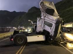 聯結車自撞翻覆車頭爛 濱海公路今晨中斷2小時