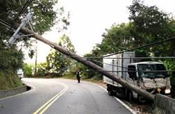 大货车撞倒电杆 交通管制 雾社地区局部停电