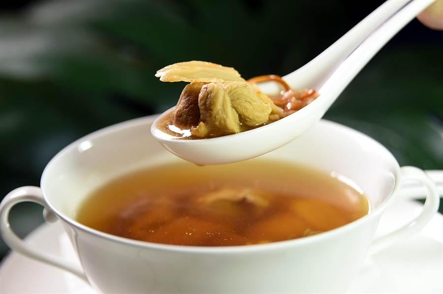 文華東方酒店〈文華Cafe'〉舉辦〈加拿大美食節〉,可以喝到用加拿大花旗蔘燉製的雞湯。(圖/姚舜)