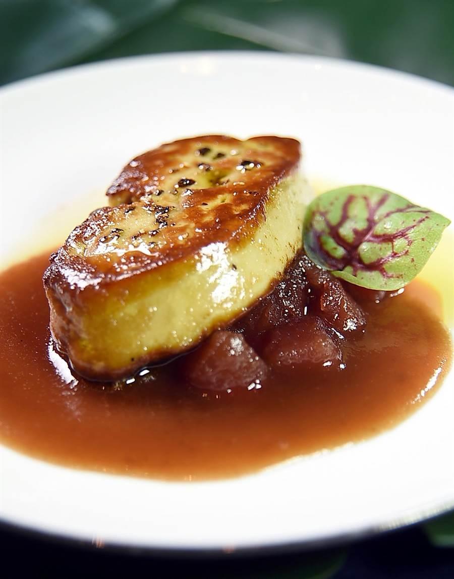 文华东方酒店〈文华Cafe'〉举办〈加拿大美食节〉,现煎料理区有〈香煎加拿大鸭肝〉。(图/姚舜)