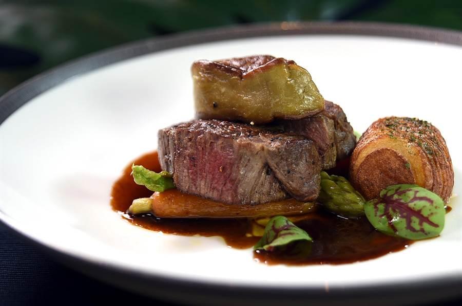 文華東方酒店〈文華Cafe'〉舉辦〈加拿大美食節〉,周末晚餐時段可以加價享用以加拿大菲力搭配鴨肝作的〈羅西尼牛排〉。(圖/姚舜)