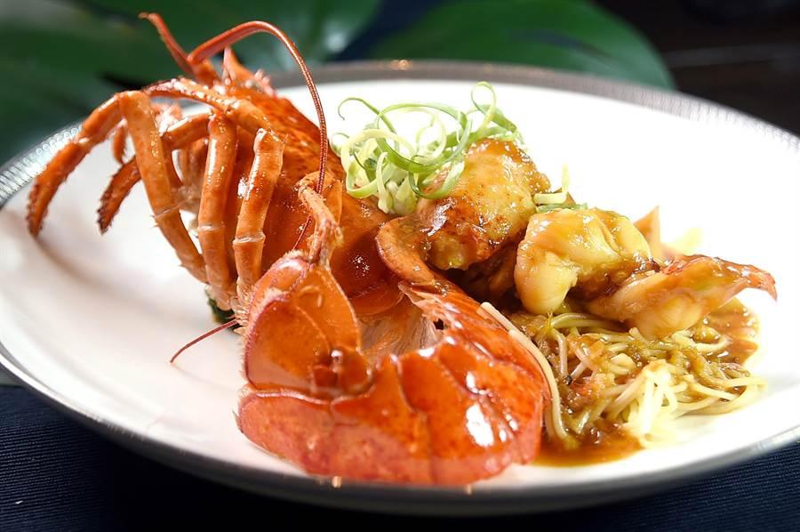 文华东方酒店〈文华Cafe'〉举办〈加拿大美食节〉,食客可以尝到用加拿大龙虾入馔的〈港式XO酱龙虾〉,主厨并将虾肉去壳呈盘,方便客人享用。(图/姚舜)