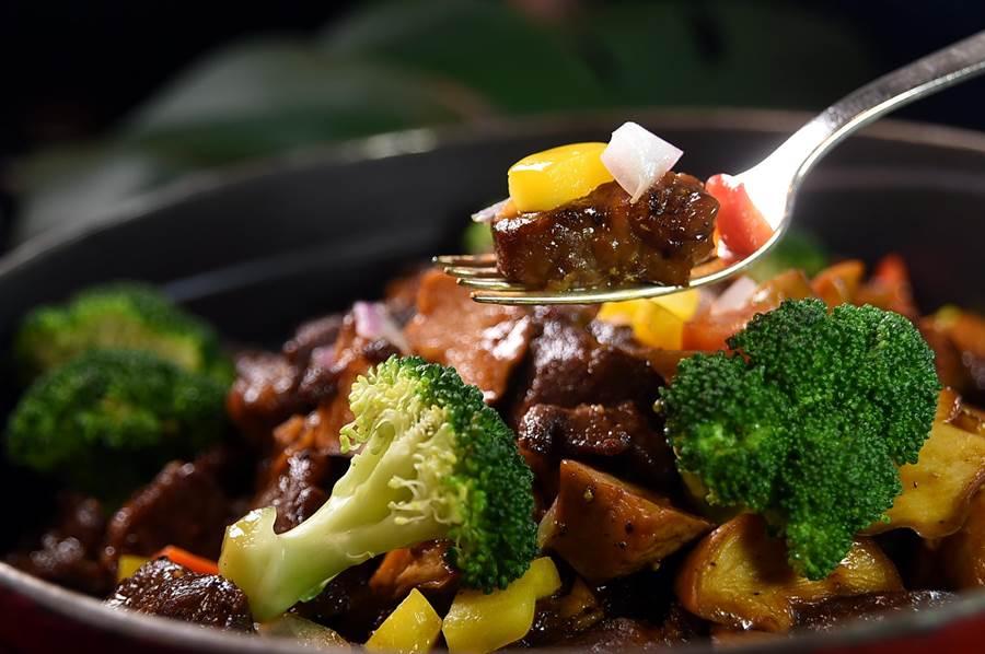 中式口味的〈黑椒牛小排〉,是用加拿大牛小排先腌渍后,再拍薄粉用高温油泡熟,再用黑胡椒酱拌炒。(图/姚舜)