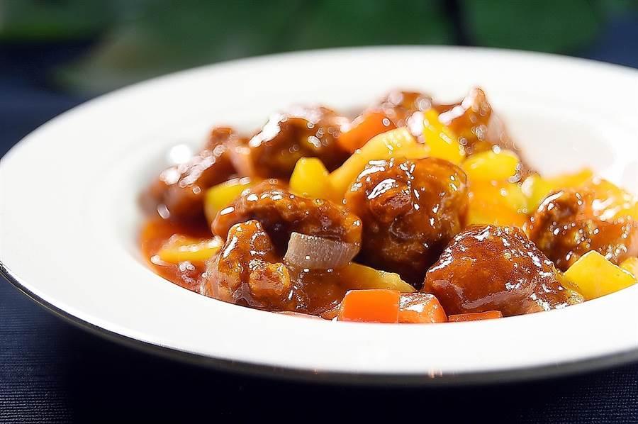 用加拿大牛小排取代豬肉炒製的〈咕咾肉〉,肉質柔嫩、口味酸甜交織,很開胃。(圖/姚舜)