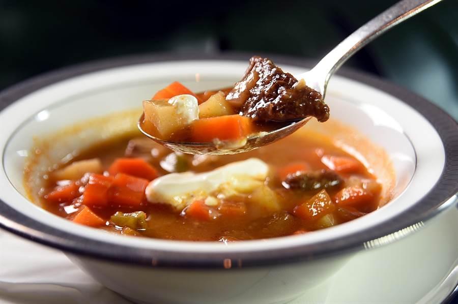 用加拿大牛肉熬煮的〈匈牙利牛肉湯〉,味道鮮濃,番茄中的自然酸度去除了油膩。(圖/姚舜)