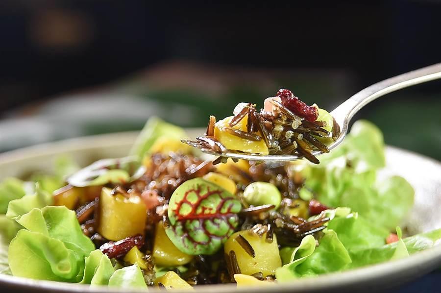 加拿大野米的口感独特且纤维质丰富,是拌沙拉时的优质健康食材。(图/姚舜)