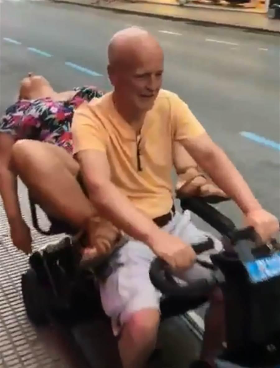 很顯然這個女人已經醉的七葷八素。她張著超開的M字腿、上半身懸空在電動車外,嘴巴亦張超開,豪邁的睡姿令人印象深刻。(圖/取自《太陽報》)