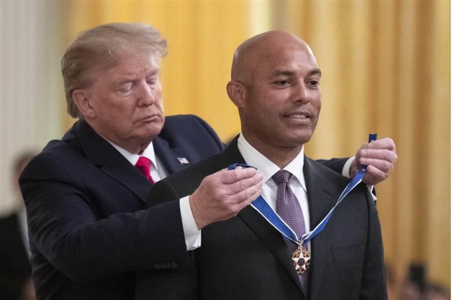 李维拉(右)获得美国总统川普颁发自由勋章。(美联社)