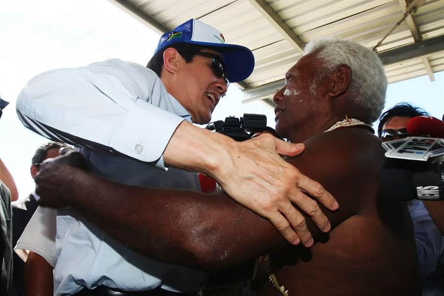 索罗门群岛Isabel省酋长史坦利在台湾八八风灾过后,划船两百公里至技术团捐款,总统马英九2010年拜访索国时亲自致谢。(中央社)