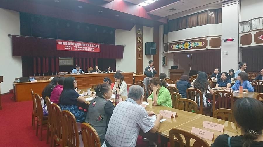 中華兩岸婚姻家庭服務聯盟創會長史雪燕邀請專家學者,17日舉行「如何精進兩岸婚姻家庭相關政策權益公聽會」。(李侑珊攝)