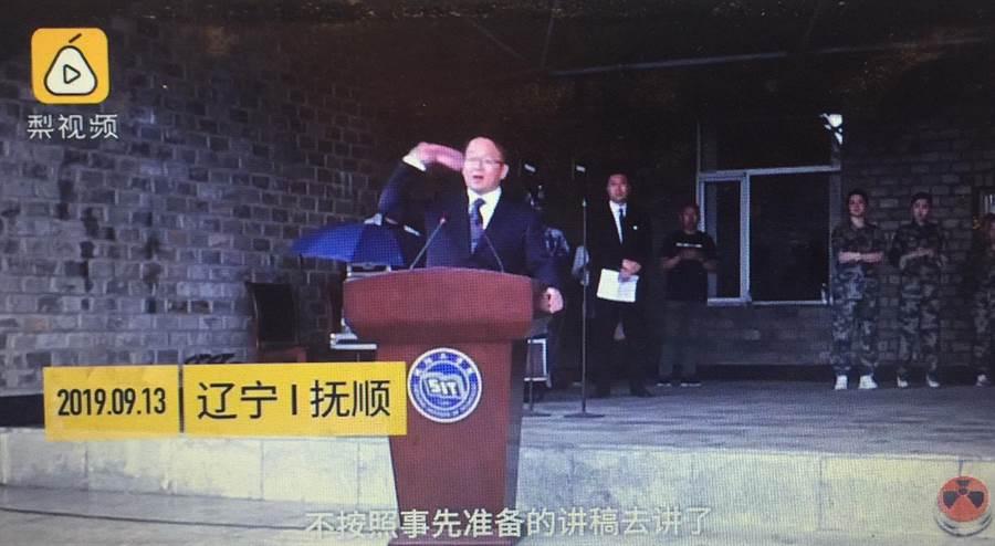 瀋陽工學院校長開學典禮扔掉演講稿被讚爆(取自網路)