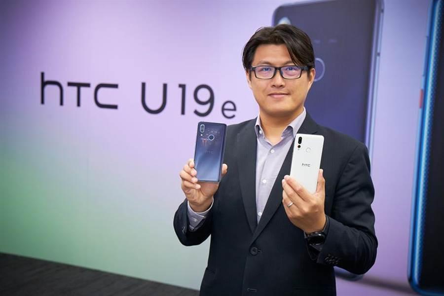 宏達電台灣區總經理陳柏諭展示新機。(HTC提供)