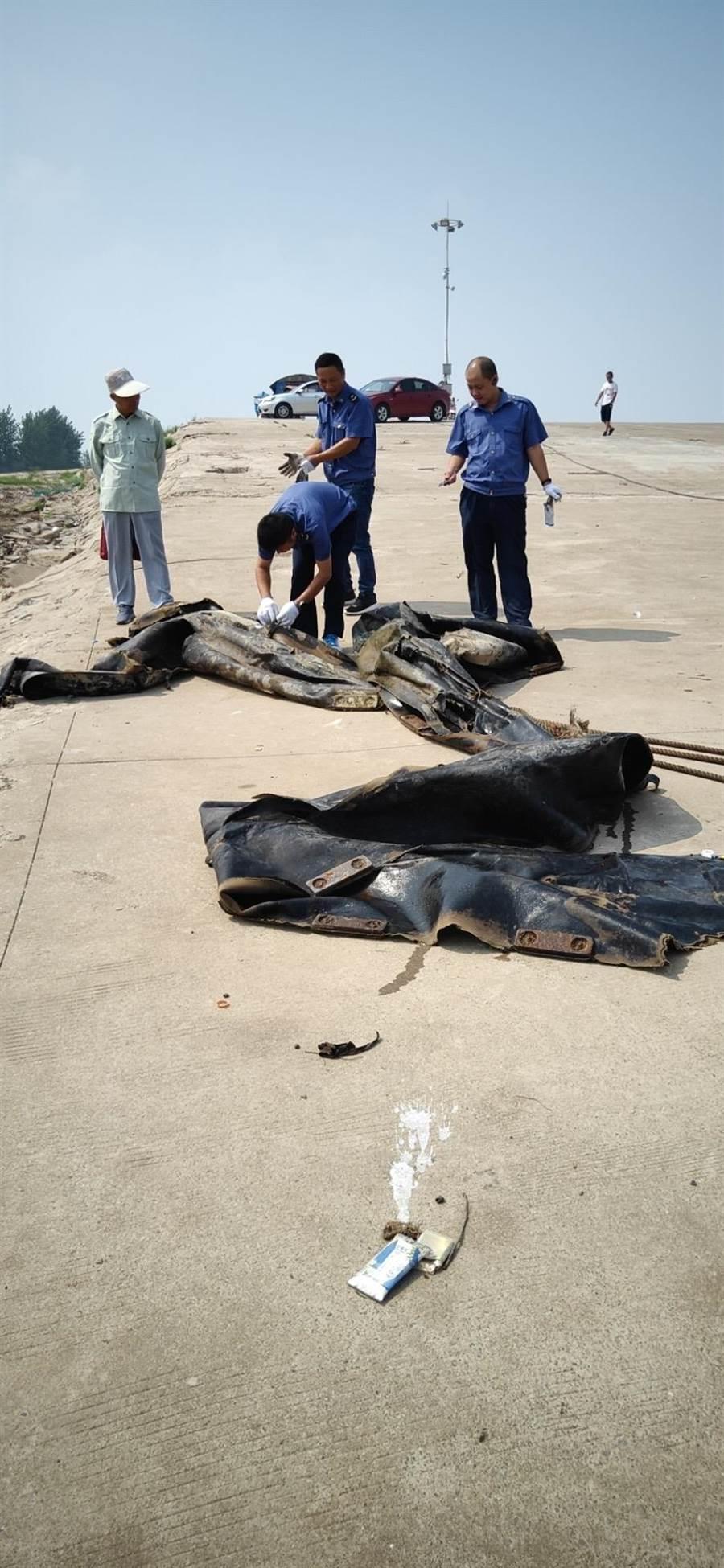 「三峡水怪」原来是废弃橡皮气囊。(照片取自澎湃新闻)
